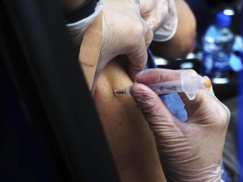 Die Impfstoffe von Moderna und Biontech/Pfizer bewahren Ältere sehr wahrscheinlich vor einem Krankenhausaufenthalt wegen Covid-19. Das Risiko einer Einweisung für Menschen ab 65 ist einer Studie zufolge um 94 Prozent niedriger als für ungeimpfte Gleichaltrige. Foto: Miguel Roberts/The Brownsville Herald/AP/dpa