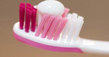 Erbsengroß: So viel Fluorid-haltige Zahnpasta sollte erst ab dem zweiten Geburtstag zweimal täglich auf der Bürste des Kindes sein. Foto: Patrick Seeger/dpa/dpa-tmn