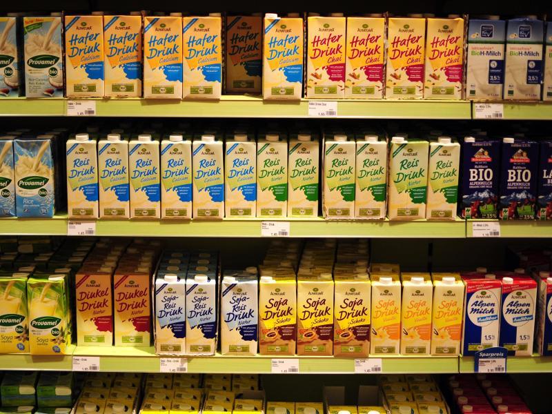 Milchalternativen stehen im Supermarktregal. Foto: picture alliance / dpa