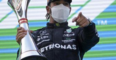 Weltmeister Lewis Hamilton bejubelt seinen Sieg beim Großen Preis von Spanien auf dem Podium. Foto: Emilio Morenatti/AP Pool/dpa