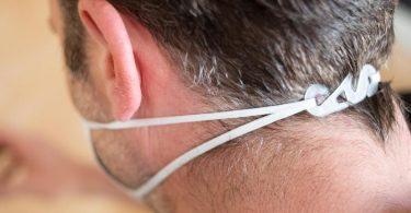 Mit solch einem einfachen Doppelhaken lassen sich Ohrschlaufen hinter dem Kopf zusammenführen. Foto: Franziska Gabbert/dpa-tmn