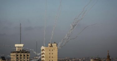 Laut einem Sprecher der israelischen Armee wurden Dutzende Raketen aus dem Gazastreifen abgefeuert. Foto: Mohammed Talatene/dpa