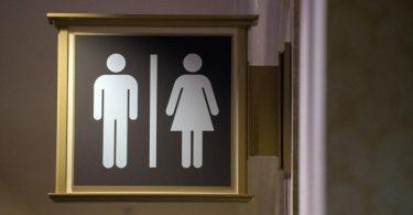 Wer ständig eine Toilette braucht, kann nicht mit den Öffis zur Arbeit fahren. Das hat das Landessozialgericht Baden-Württemberg entschieden. Foto: Andrea Warnecke/dpa-tmn