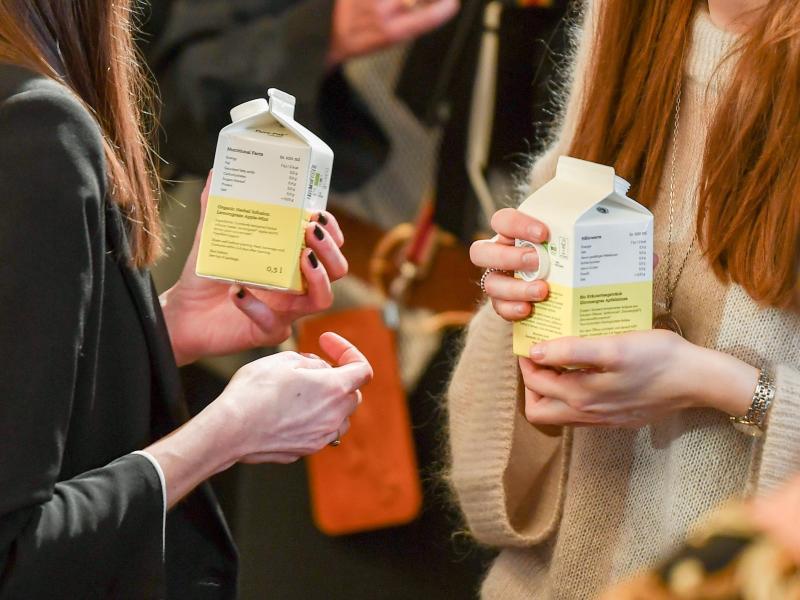70 Jahe Tetra Pak: Bei Getränken kommt der Karton aus mit Kunststoff beschichtetem Papier noch immer oft zum Einsatz. Foto: Jens Kalaene/dpa-Zentralbild/dpa