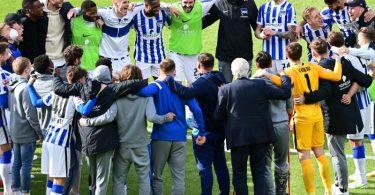 Das Team von Hertha BSC bildet nach dem geschafften Ligaverbleib einen Kreis. Foto: Soeren Stache/dpa-Pool/dpa