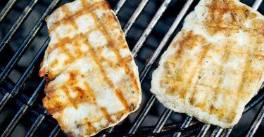 Halloumi ist ein halbfester, nicht schmelzender Käse und daher perfekt zum Grillen. Ein Leckerbissen wird er, wenn er zuvor mariniert wird. Foto: Christoph Schmidt/dpa/dpa-tmn