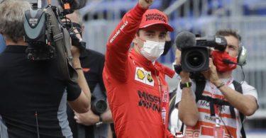 Ferrari-Pilot Charles Leclerc freut sich über die Pole Position in Monaco. Foto: Luca Bruno/AP/dpa