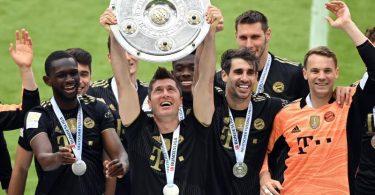 Bayern-Stürmer Robert Lewandowski (M) mit der Meisterschale. Foto: Sven Hoppe/dpa-Pool/dpa