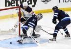 Starspieler Leon Draisaitl (l) schied mit den Edmonton Oilers in den NHL-Playoffs aus. Foto: Fred Greenslade/The Canadian Press/AP/dpa