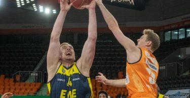 Patrick Heckmann (r) setzte sich mit Ulm gegen Oldenburg mit Rasid Mahalbasic kämpfen um den Baldurch. Foto: Stefan Puchner/dpa