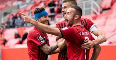 Ingolstadts Robin Krauße (l-r), Stefan Kutschke und Torschütze Fatih Kaya jubeln über den Treffer zum 2:0 im Relegation-Hinspiel. Foto: Matthias Balk/dpa