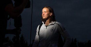 Torhüterin Almuth Schult (l) steht während eines Interviews vor einer Kamera. Foto: Sebastian Gollnow/dpa