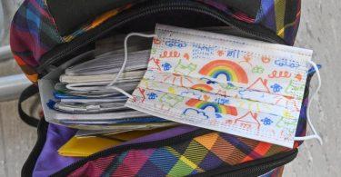 Eine Maske liegt auf einem Rucksack eines Schülers in einem Klassenraum einer Grundschule. Immer mehr Bundesländer kehren zum Regelbetrieb in den Schulen zurück. (zu dpa: Viele Schulen starten in den Regelbetrieb). Foto: Patrick Pleul/dpa-Zentralbild/ZB