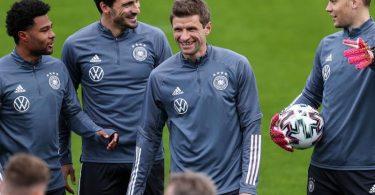 Thomas Müller (M.) sieht seine Rückkehr in die deutsche Nationalmannschaft zunächst als Sechs-Wochen-Projekt. Foto: Christian Charisius/dpa