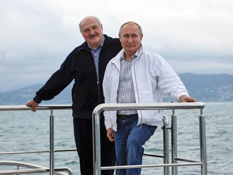 An der Reling:Wladimir Putin und Alexander Lukaschenko. Foto: Sergei Ilyin/Pool Sputnik Kremlin/AP/dpa