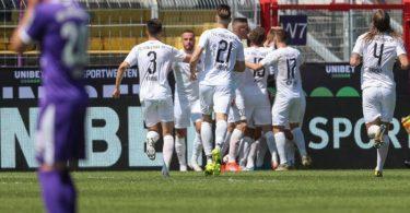 Ingolstadts Torschütze Bilbija (verdeckt) feiert seinen Treffer zum 1:2 mit Dominik Franke (l-r), Tobias Schröck und Björn Paulsen. Foto: Friso Gentsch/dpa