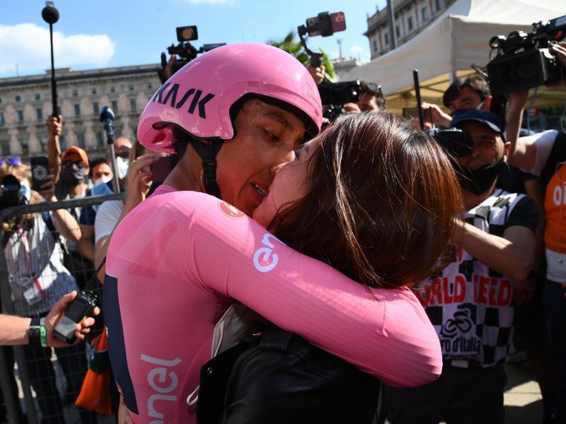 Das Siegerküsschen hat sich Egan Bernal (l) redlich verdient. Foto: Gian Mattia D'alberto/LaPresse via ZUMA Press/dpa