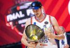 Tibor Pleiss hebt nach der Partie den Pokal in die Höhe. Foto: Marius Becker/dpa
