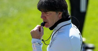 Im EM-Trainingslager feilt Bundestrainer Joachim Löw an der Form seiner Spieler. Foto: Christian Charisius/dpa
