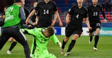 Die deutschen Spieler stürmen nach dem Sieg auf Torhüter Finn Dahmen zu. Foto: Marton Monus/dpa