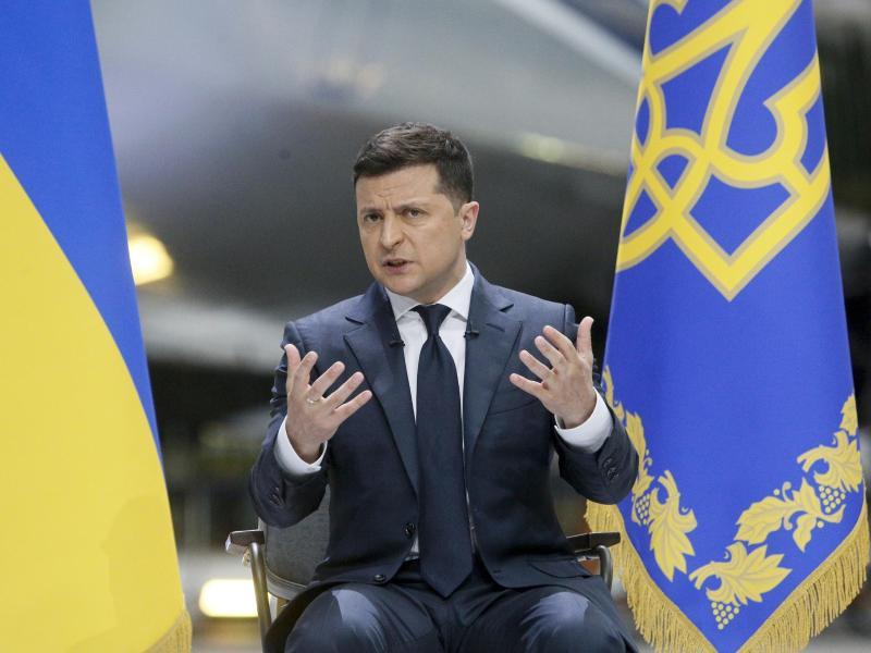 Der ukrainische Präsident Wolodymyr Selenskyj spricht während einer Pressekonferenz. Foto: Efrem Lukatsky/AP/dpa