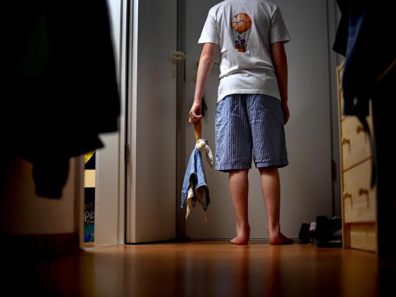 Vor allem Kinder schlafwandeln. Eltern sollten in dem Fall entsprechende Schutzvorkehrungen treffen. Foto: Jens Kalaene/dpa-Zentralbild/dpa-tmn