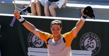 Hat die dritte Runde erreicht: Jan-Lennard Struff jubelt nach seinem Sieg. Foto: Frank Molter/dpa