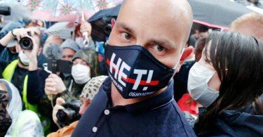 Andrej Piwowarow bei einer Oppositions-Kundgebung im Sommer 2020. Foto: Alexander Zemlianichenko/AP/dpa
