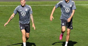 Wieder dabei: Toni Kroos (l) und Thomas Müller in Aktion. Foto: Christian Charisius/dpa