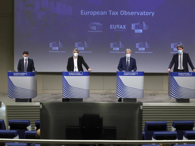 Gabriel Zucman (l-r), Wirtschaftswissenschaftler aus Frankreich, Sven Giegold, Grünen-Europaabgeordnete,Paolo Gentiloni, EU-Finanzkommissar, und Paul Tang, Mitglied des EU-Ausschusses für Wirtschaft und Währung, während einer Pressekonferenz zum Start der Europäischen Steuerbeobachtungsstelle im EU-Hauptquartier in Brüssel. Foto: Francois Walschaerts/Pool AFP/dpa