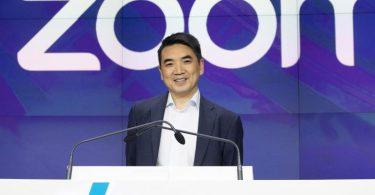 Zoom-CEO Eric Yuan, nimmt an der Eröffnungsglocke der Nasdaq teil. Der Videokonferenzdienst profitiert weiterhin massiv vom Wandel der Arbeitswelt in der Corona-Pandemie. Foto: Mark Lennihan/AP/dpa
