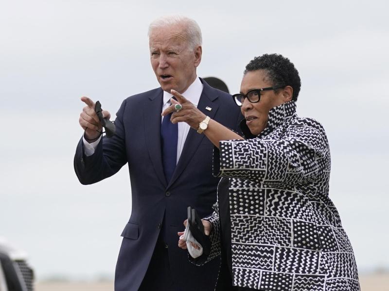 US-Präsident Joe Biden (l) an der Seite von Marcia Fudge, Ministerin für Wohnungsbau und Stadtentwicklung in Oklahoma. Foto: Evan Vucci/AP/dpa