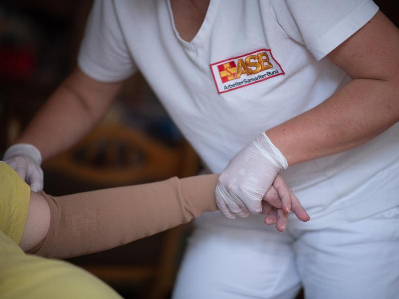 Nach langem Streit hat die große Koalition noch eine Pflegereform mit einer besseren Bezahlung von Pflegekräften auf den Weg gebracht. Foto: Sebastian Gollnow/dpa