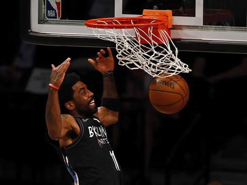 Kyrie Irving von den Brooklyn Nets stopft den Ball in den Korb der Boston Celtics. Foto: Adam Hunger/AP/dpa