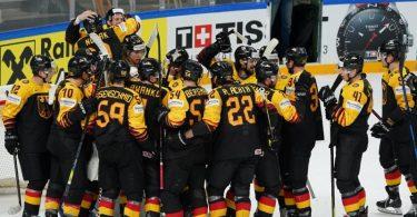 Das deutsche Nationalteam steht jubelnd nach dem Spiel auf dem Eis, nachdem es mit einem Sieg gegen Gastgeber Lettland das WM-Viertelfinale erreicht hat. Foto: Roman Koksarov/dpa