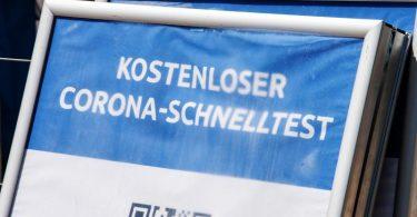 """Ein Schild mit der Aufschrift """"Kostenloser Corona-Schnelltest"""" steht vor einem Testzentrum. Die Sieben-Tage-Inzidenz in Deutschland ist laut Robert Koch-Institut (RKI) den zweiten Tag in Folge gestiegen. Foto: Peter Kneffel/dpa"""