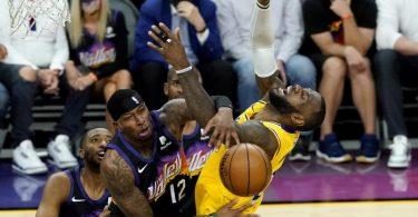 Lakers-Superstar LeBron James (r) wird von der Defense der Phoenix Suns gestoppt. Foto: Matt York/AP/dpa