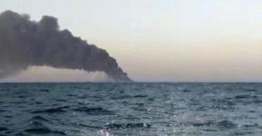 Standbild aus einem Video: Schwarzer Rauch steigt von dem iranischen Marine-Unterstützungsschiff «Charg» im Golf von Oman auf. Foto: Uncredited/ASRIRAN.COM via AP/dpa