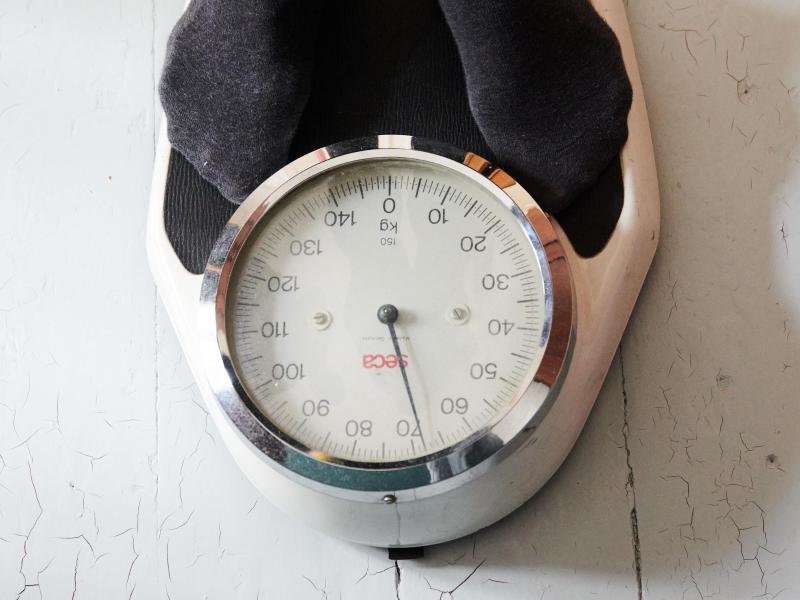Rund 40 Prozent der Teilnehmer einer Umfrage haben seit Pandemie-Beginn an Gewicht zugelegt - im Durchschnitt 5,6 Kilogramm. Foto: Annette Riedl/dpa