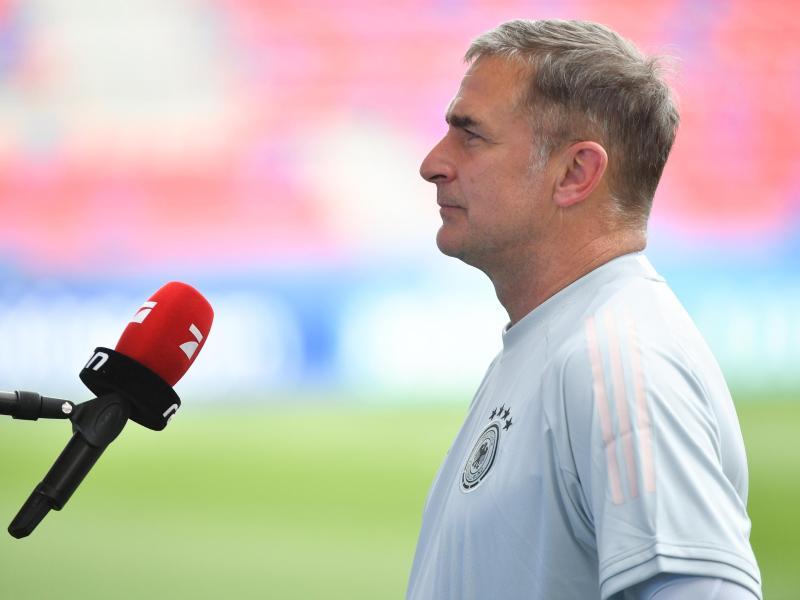Lässt die Option einer taktischen Umstellung gegen die Niederlande offen: U-21-Trainer Stefan Kuntz. Foto: Marton Monus/dpa