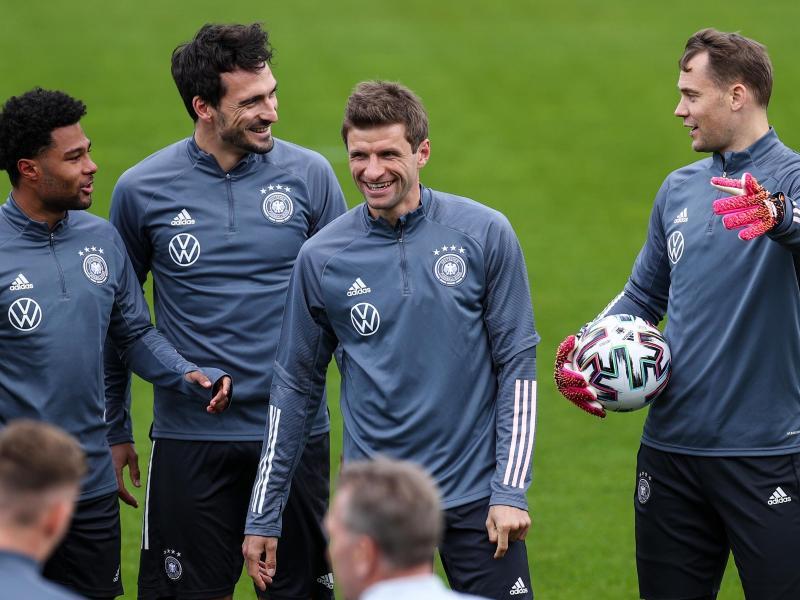 Mit Mats Hummels (2.v.l.) und Thomas Müller (2.v.r.) startet die DFB-Elf gegen Dänemark. Foto: Christian Charisius/dpa