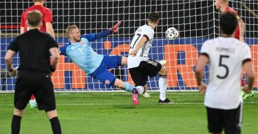 Florian Neuhaus (M/17) trifft zum 1:0 gegen Dänemark. Foto: Federico Gambarini/dpa