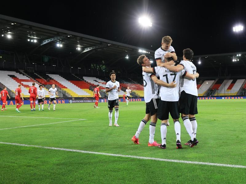 Die deutschen Spieler feiern das 1:0 gegen Dänemark. Foto: Christian Charisius/dpa