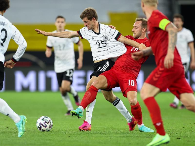 Rückkehrer Thomas Müller (2.v.l.) kämpft mit dem Dänen Christian Eriksen (2.v.r.) um den Ball. Foto: Christian Charisius/dpa