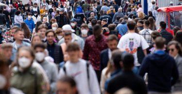 Menschen auf einer Fußgängerzone in München:Der Anteil der Corona-Varianten beträgt in Deutschland 2,1 Prozent. Foto: Sven Hoppe/dpa