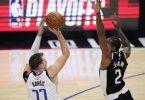Luka Doncic (l) von den Dallas Mavericks wirft über Clippers-Starspieler Kawhi Leonard. Foto: Mark J. Terrill/AP/dpa