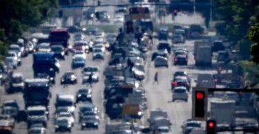 Autos, LKW und Lieferfahrzeuge auf einer Hauptstraße in Berlin: Der Jahresgrenzwert für Stickstoffdioxid liegt bei 40 Mikrogramm je Kubikmeter Luft im Jahresmittel. Foto: Michael Kappeler/dpa