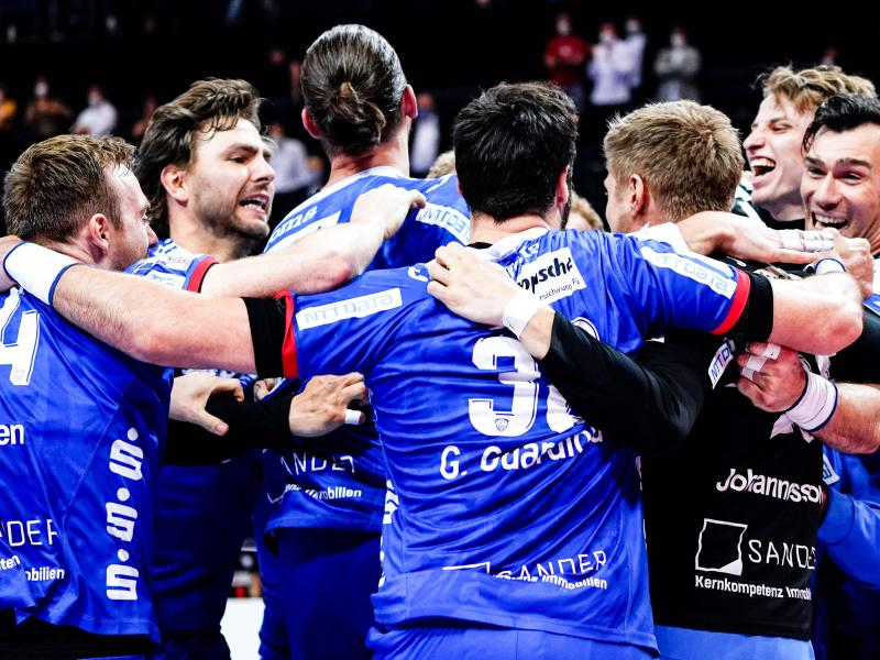 Die Spieler von TBV Lemgo Lippe feiern den Sieg über THW Kiel. Foto: Axel Heimken/dpa