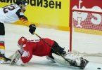 Marcel Noebels schießt den Puck am Schweizer Goalie Leonardo Genoni vorbei ins Tor. Foto: Roman Koksarov/dpa