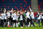 Die U21-Spieler jubeln nach dem Spiel. Foto: Marton Monus/dpa